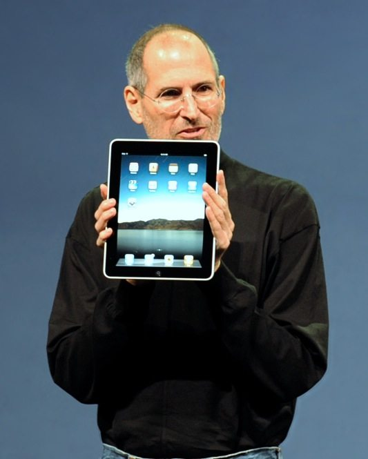 Steve_Jobs_with_the_Apple_iPad_no_logo_(cropped)